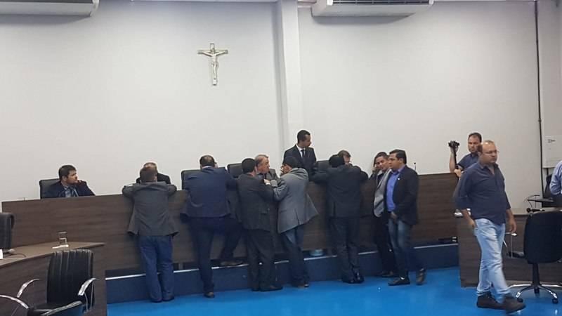 Vereadores se reuniram em frente à tribuna para pressionar o presidente da Casa e fiscalizar a votação | Foto: Folha Z