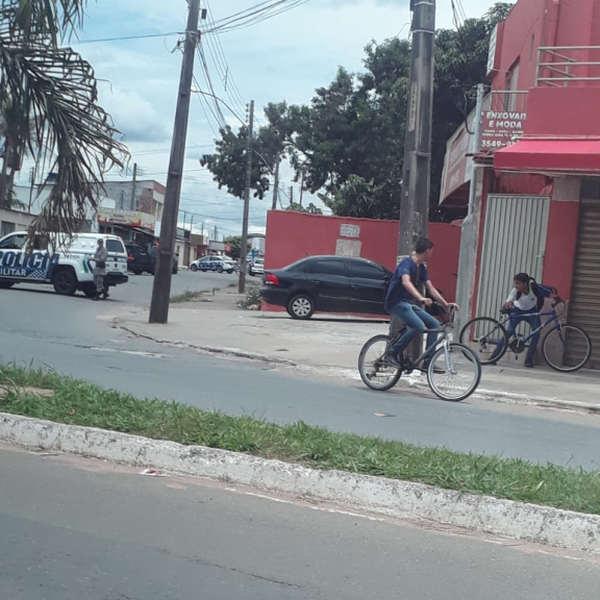 Tiroteio assustou moradores da Vila Alzira, em Aparecida de Goiânia, na tarde desta quinta, 29 | Foto: Leitor / Whatsapp
