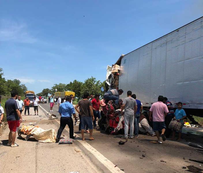 Acidente envolveu 3 caminhões e 2 veículos de passeio | Foto: Leitor / Folha Z