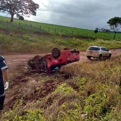 Pista estava molhada devido à chuva e uma das caminhonetes capotou | Foto: Reprodução