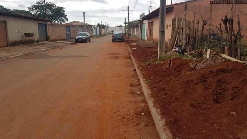Asfalto cedeu após instalação de cano da BRK na Rua José Epaminondas Costa, na Vila Maria, em Aparecida | Foto: Hélio Martins