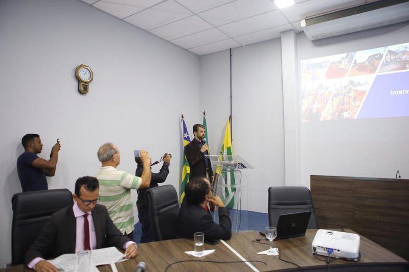 Diretor de Engenharia da BRK Ambiental, Rodrigo Lacerda, ao fundo   Foto: Divulgação / Câmara