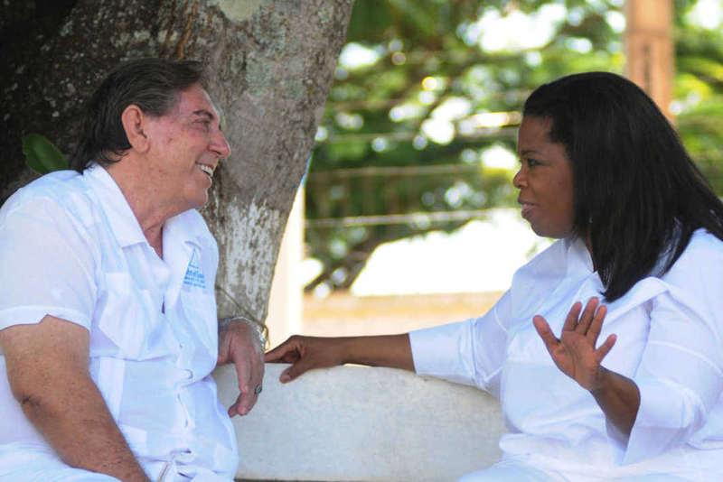 A estadunidense Oprah Winfrey gravou reportagem para seu programa com João de Deus | Foto: Reprodução