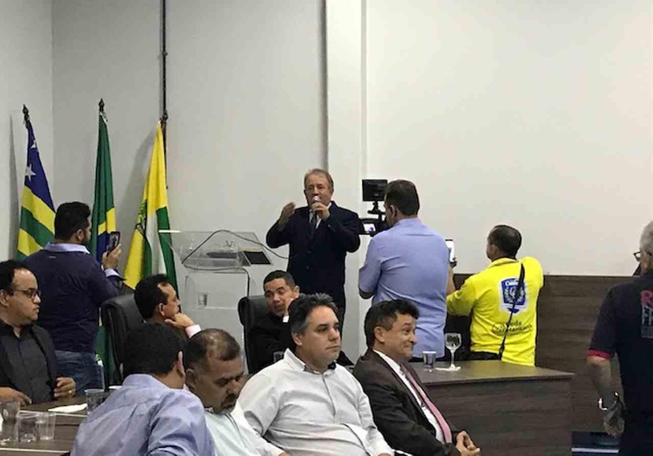 Após ser reeleito, Vilmarzim agradeceu o apoio de todos os vereadores durante seu primeiro mandato à frente da Casa de Leis e pediu que os parlamentares continuem o ajudando nesta próxima gestão   Foto: Donizete Santos