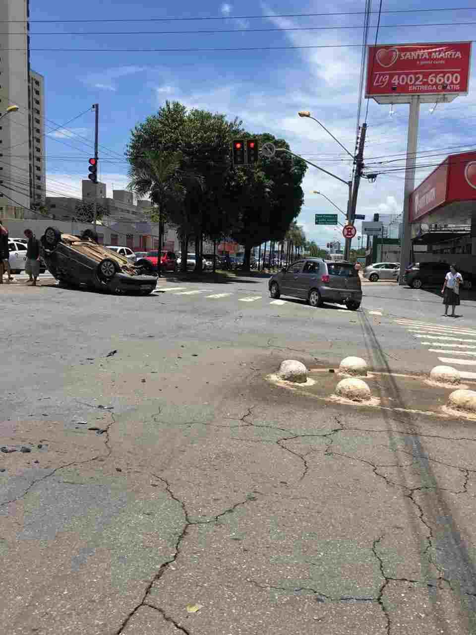 Acidente carro capota avenida T-7 Goiânia