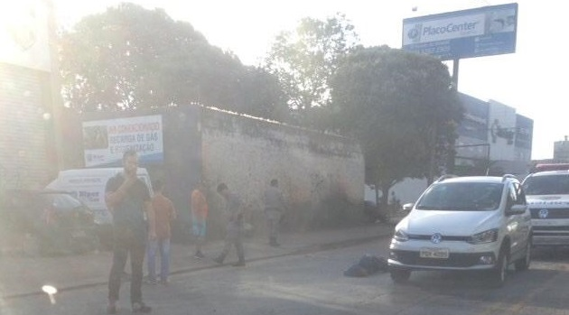 Indivíduo baleado aguardando a chegada do socorro | Foto: leitor Folha Z