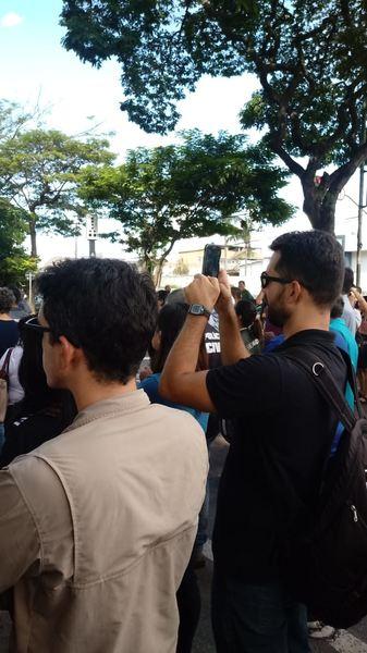 Centenas de servidores descontentes se reuniram em frente à Sefaz na tarde desta segunda, 14 | Foto: Leitor / Whatsapp
