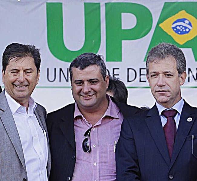 Eduardo Trindade (centro) aparece ao lado do ex-prefeito de Aparecida Maguito Vilela (esquerda) e o ex-ministro da Saúde Arthur Chioro (direita) na inauguração da UPA Buriti Sereno, em 2015 | Foto: Divulgação