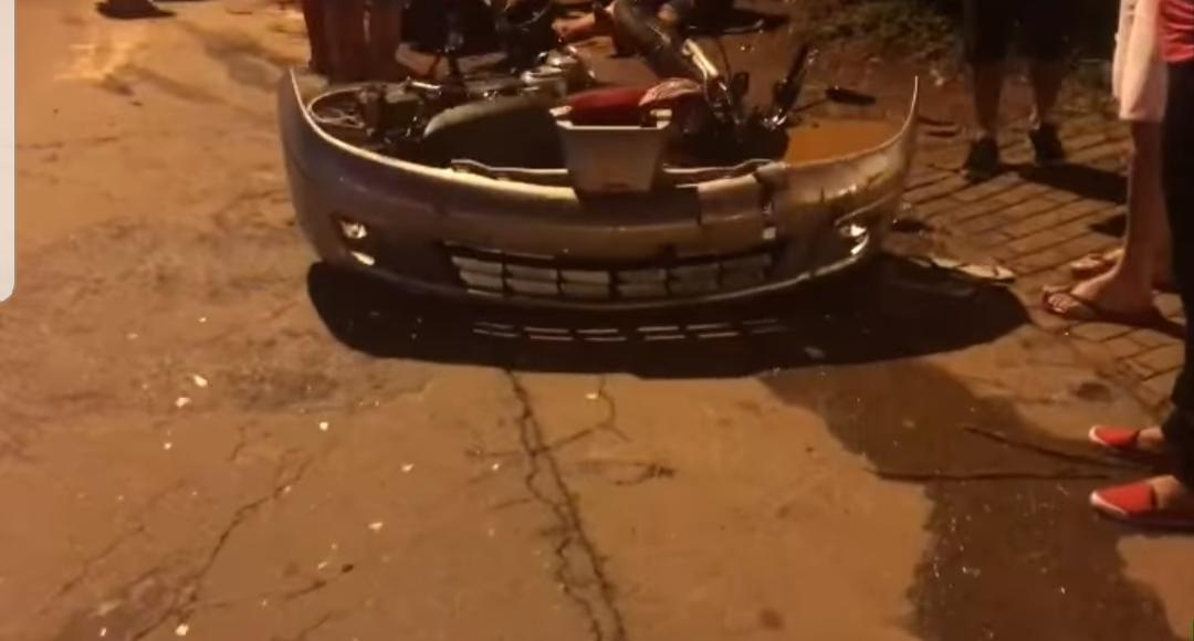 Para-choque do carro com a placa acabou caindo com a colisão | Foto: cedida por Bill Guerra