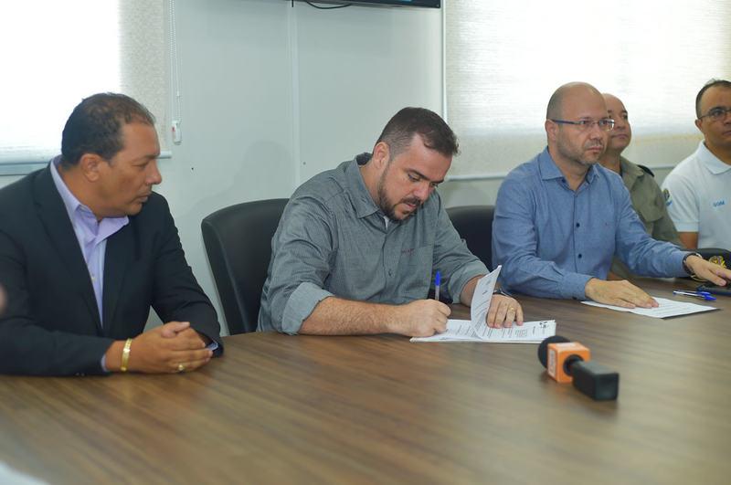 Prefeito de Aparecida de Goiânia Gustavo Mendanha sancionou nova lei na manhã desta segunda-feira, 1º | Foto: Rodrigo Estrela