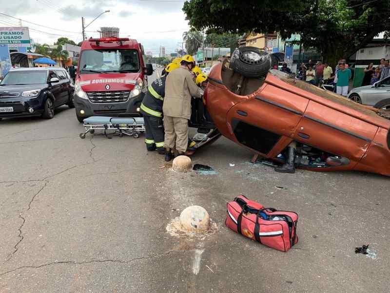 Bombeiros socorrem vítima que acabara de capotar carro no Setor Bueno | Foto: CBMGO