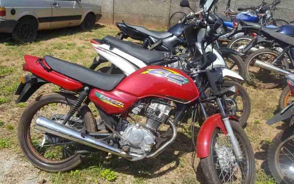 Ladrão de motos faz sinal da cruz