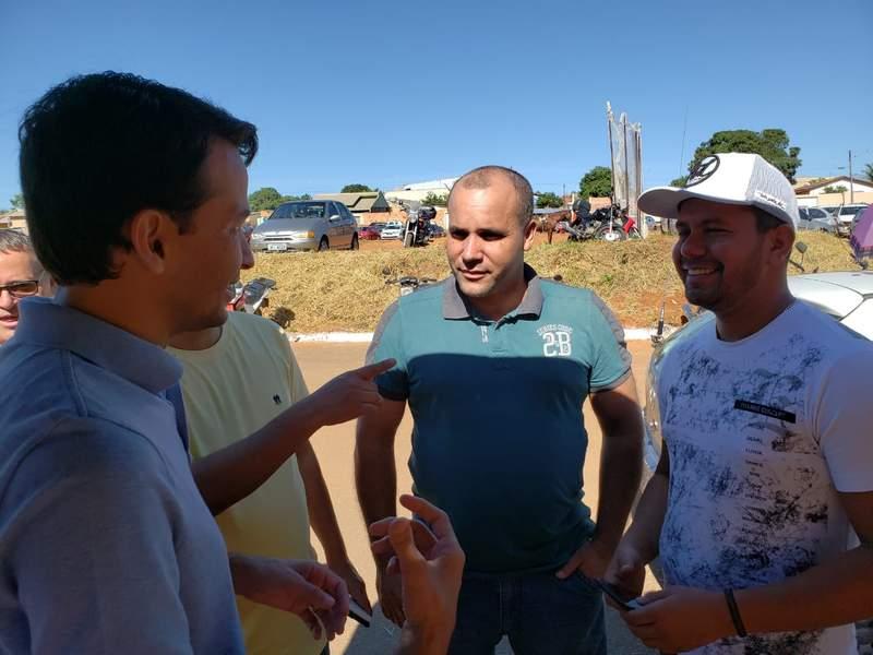 Max Menezes fala com Ivanir Inácio e Reinaldo Bispo   Foto: Folha Z