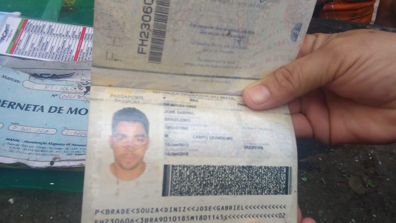 Suposto documento do cantor Gabriel Diniz foi encontrado em meio aos destroços do avião   Foto: Reprodução