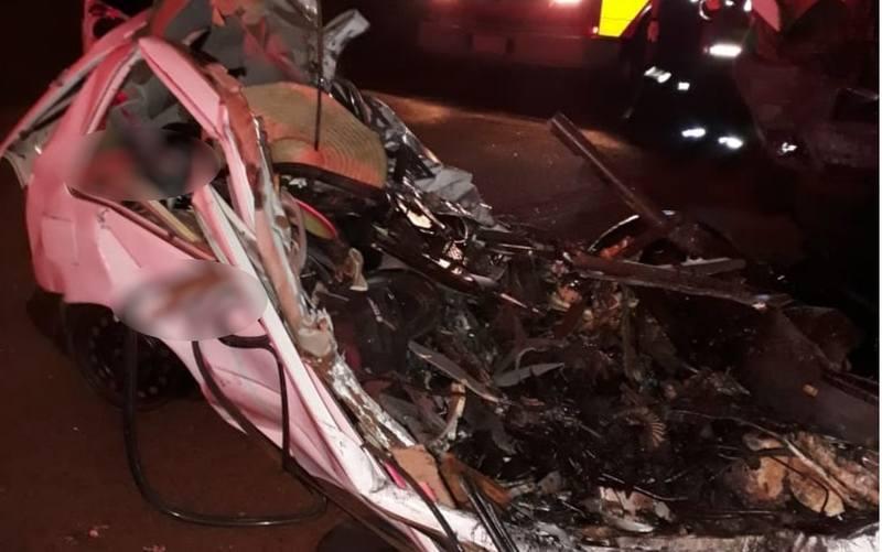 Carro de passeio, 1 Volkswagen Gol, chegou a ser arrastado por mais de 20 m após a batida com uma carreta bitrem na GO-501   Foto: Reprodução