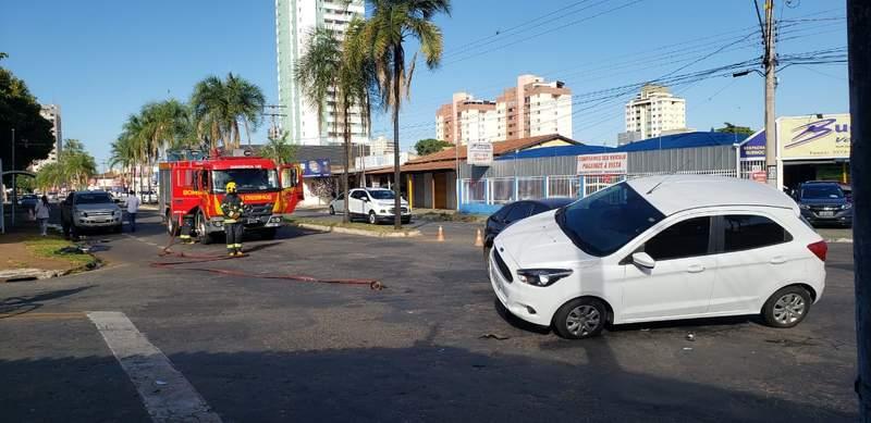 Carro foi parar embaixo do outro em 1 acidente no Jardim América, em Goiânia, na manhã desta sexta, 14