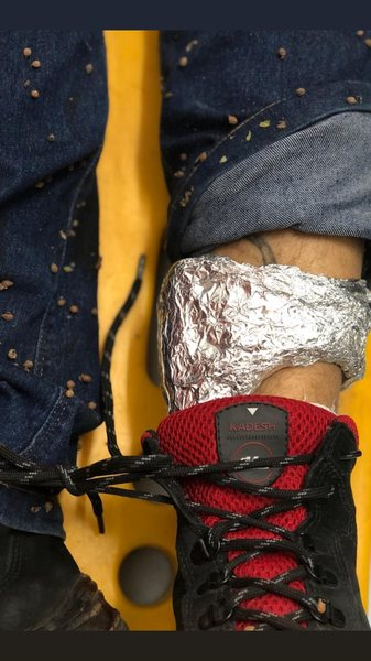 Suspeitos usaram papel alumínio para bloquear o sinal da tornozeleira eletrônica   Foto: Divulgação / PM