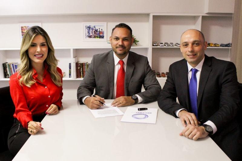 Jornalista Mariana Martins assina contrato com a Record TV na presença do diretor executivo da emissora, Marcos Silva, e do diretor de Jornalismo, Leonardo Habib | Foto: Divulgação