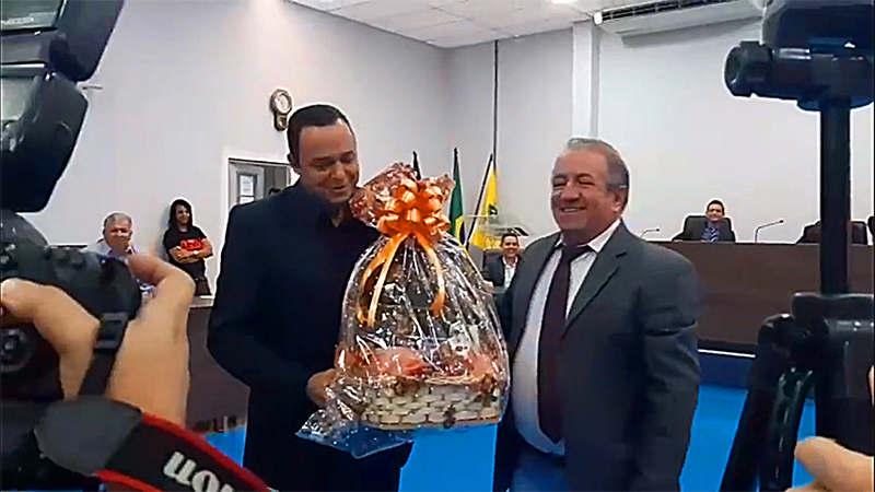 Presidente da Câmara de Aparecida, Vilmar Mariano, entrega presente de Dia dos Namorados para Arnaldo Leite em sessão