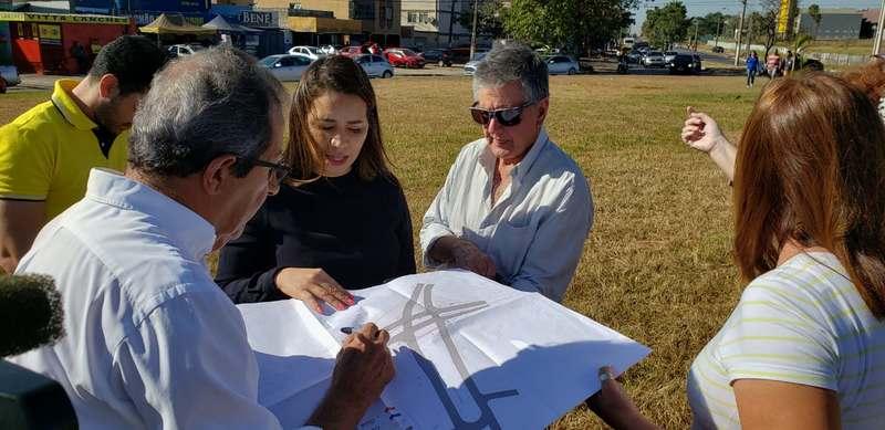 Secretário municipal de Infraestrutura e Serviços Públicos de Goiânia, Dolzonan Mattos explica alterações na rotatória dos Correios da Vila Brasília | Foto: Folha Z
