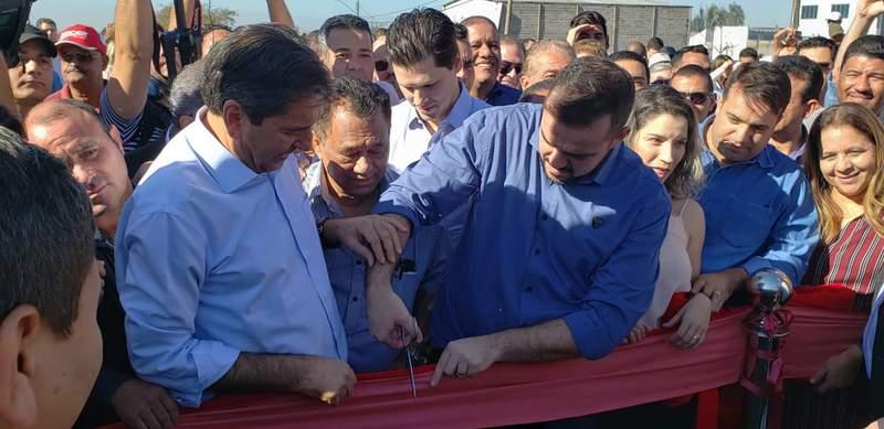 Era pouco antes das 9h30 quando o prefeito Gustavo Mendanha cortou a faixa de inauguração do viaduto | Foto: Folha Z