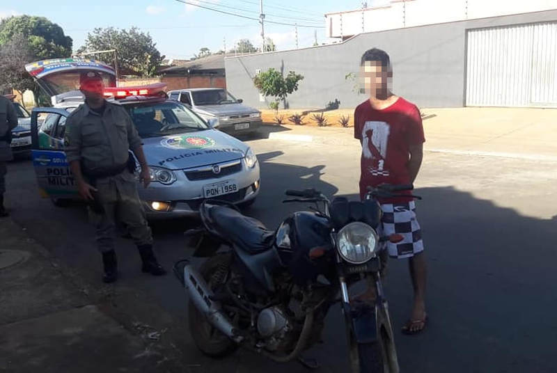 Equipes do 8° BPM prenderam um indivíduo que conduzia uma motocicleta com registro furto no Jardim Riviera | Foto: Divulgação / PM