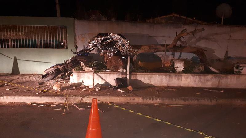 Motociclista Samuel Tavares trafegava pela Avenida C-6, sentido Castelo Branco, quando subiu na calçada da via e bateu contra o muro de uma casa | Foto: Divulgação/Dict