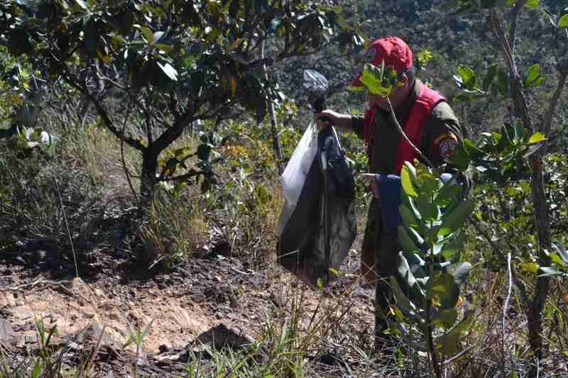 Lixo é recolhido de nascentes durante caminhada ecológica da Associação Serra das Areias | Foto: Divulgação / ASA