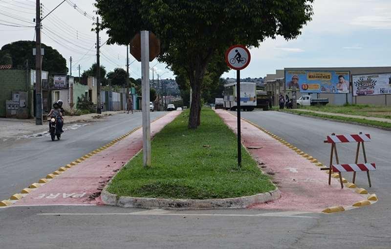 Moradores de Aparecida reclamam dos tachões usados para delimitar ciclofaixas na cidade   Foto: Wigor Vieira
