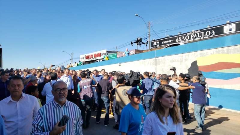 Imprensa, políticos e população acompanham inauguração de obra na Vila Brasília | Foto: Folha Z