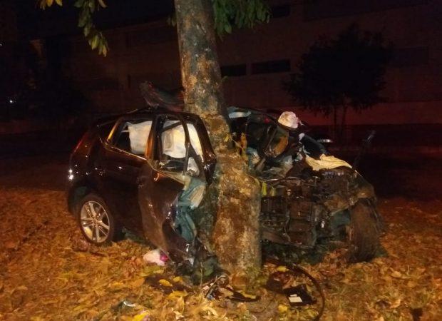 Jovem de 23 anos ficou gravemente ferido após bater contra uma árvore na Avenida Antônio Fidelis, no Parque Amazônia | Foto: Reprodução