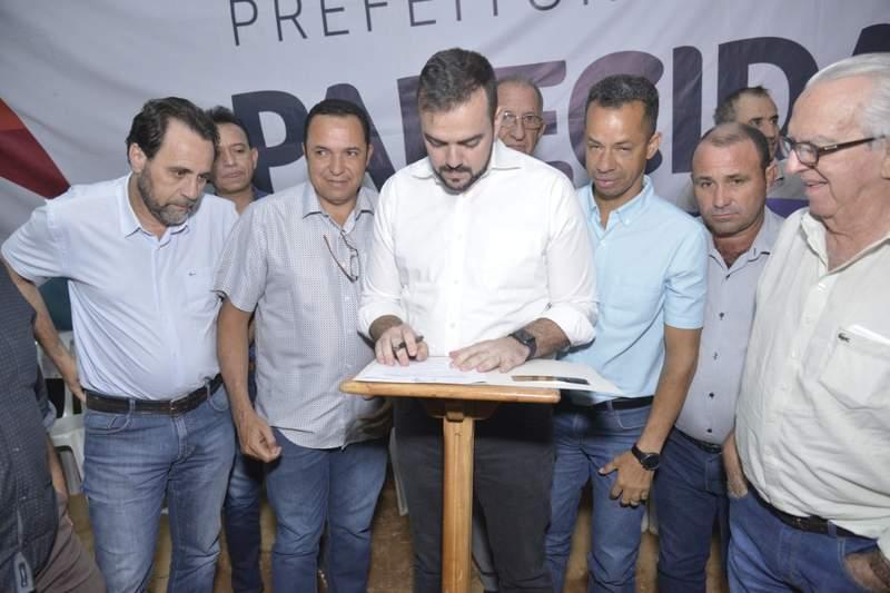 Ordem de serviço para execução das obras de asfalto no Conde dos Arcos foi assinada nesta quarta-feira, 14, pelo prefeito Gustavo Mendanha | Fotos: Wigor Vieira