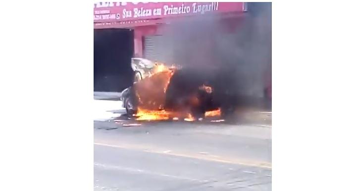 Carro pega fogo no meio da rua na Igualdade em Aparecida