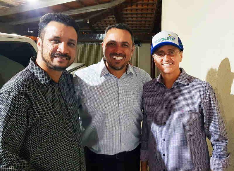 Suplente de deputado Daniel Rodrigues, vereador André Fortaleza e ex-secretário municipal Ozair José em encontro na segunda, 26  Foto: Divulgação