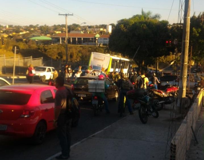 Várias pessoas se aglomeraram no local do acidente: Leitor Folha Z