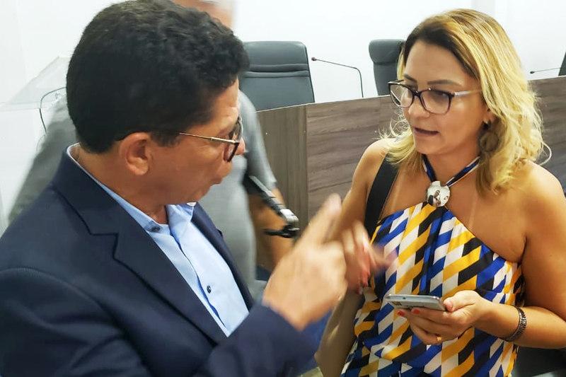 Enviada do Executivo na sessão, a superintendente de receitas da Secretaria Municipal da Fazenda, Ana Paula Vilela, conversa com o vereador Nascimento | Foto: Folha Z