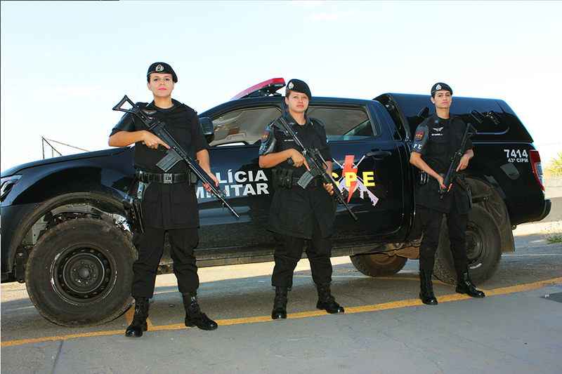as mulheres de preto da Polícia Militar
