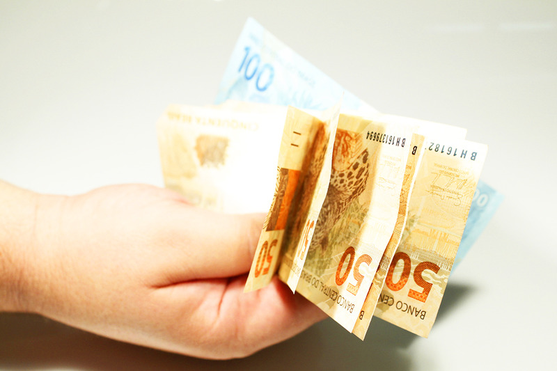 Metade dos brasileiros sobrevive com R$ 413 mensais, em média, enquanto a classe rica recebe 40 vezes mais | Foto: Marcos Santos/USP Imagens