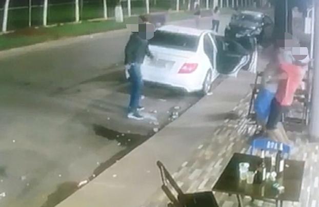 Atirador é contido e agredido por familiares da vítima | Foto: Reprodução