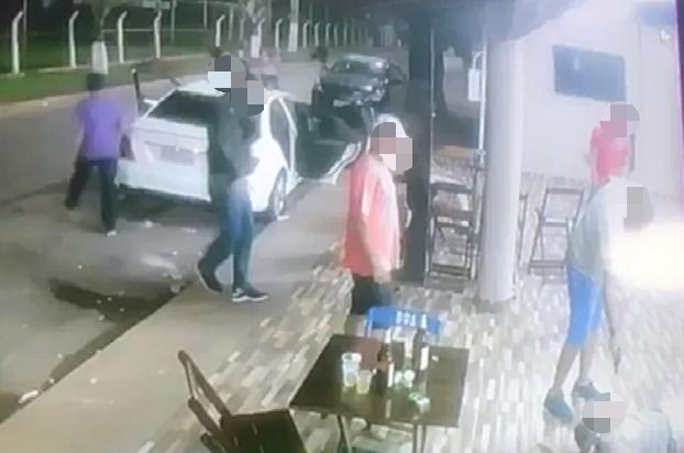 Agressor foi até o próprio carro, pegou uma arma de fogo, e disparou contra Ezequiel na frente de todas as pessoas | Foto: Reprodução