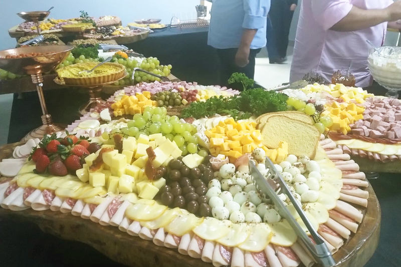 Mesa de canapés incluía tábua de frios, frutas, tortas e culinária árabe   Foto: Folha Z