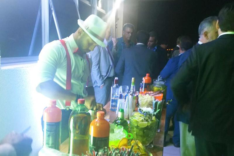 Barman, trajando chapéu, suspensório e gravata borboleta, foi contratado para preparar drinks no evento   Foto: Folha Z