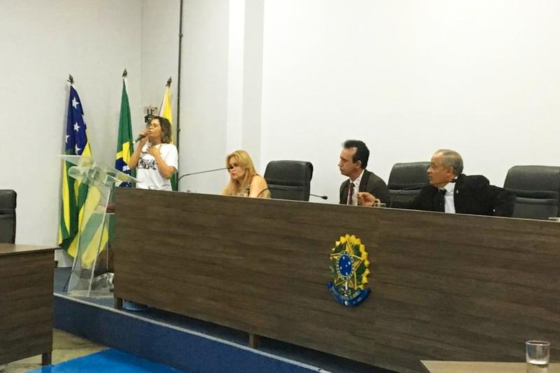 Integrante do Comando de Luta e da Comissão de Educação, Professora Solange fala no plenário da Câmara | Foto: Folha Z