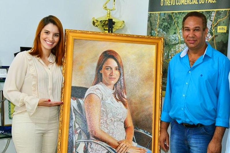 Artista Josimar Barbosa pinta retrato da 1ª dama Mayara Mendanha | Foto: Jhonney Macena