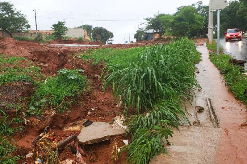 Cratera de deslizamento se forma ao lado da avenida | Foto: Folha Z