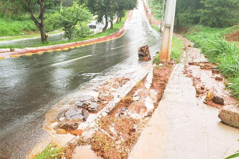 Após chuva, barro e lama invadem importante avenida de Aparecida