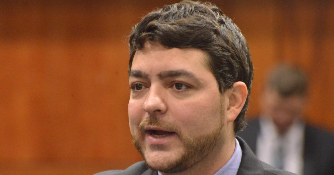 Henrique Arantes (MDB) subiu à tribuna para reclamar das críticas recorrentes às solenidades de entregas de medalhas e diplomas na Assembleia Legislativa | Foto: divulgação