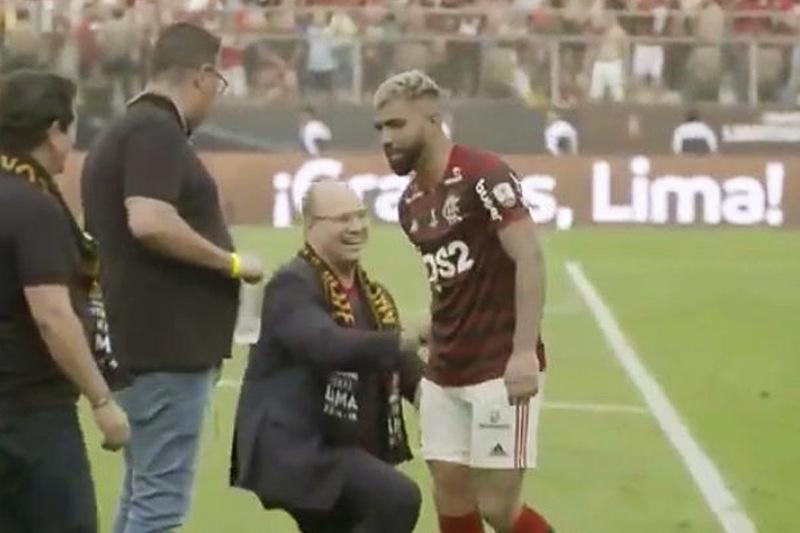 Wilson Witzel foi ignorado ao se ajoelhar em frente a Gabigol após a vitória do Flamengo no sábado, 23 | Foto: Reprodução