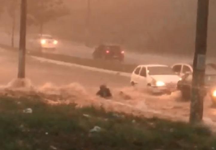 Motociclista é arrastado por enxurrada em Aparecida - Folha Z