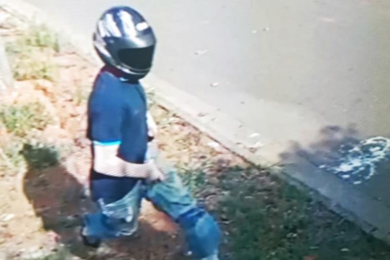 Suspeito agiu com camisa azul e mangas de proteção solar nos braços, além de capacete escuro | Foto: Reprodução